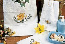 TOALLAS EN PUNTO DE CRUZ / Muestras y Motivos te ayuda a darle un aire nuevo a tu juego de toallas con estos magníficos bordados en punto de cruz. http://www.e-muestrasymotivos.com/28-toallas / by Muestras y Motivos