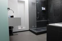 Gietvloeren Badkamers / De Motion Gietvloeren zijn uiterst geschikt voor badkamers. Het vloeistofdichte oppervlak wordt naadloos aangebracht. Hierdoor krijgt vocht of schimmel geen kans om zich te nestelen. Tevens wordt de gietvloer niet glad en voelt de gietvloer aangenaam aan. Optioneel kan de gietvloer met een stroevere laklaag afgewerkt worden.