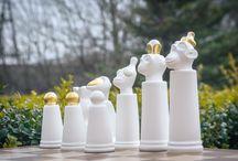 Porcelanowe Małpie Szachy / Porcelain Monkey Chess / Porcelanowe Małpie Szachy  Projekt: Adam Spała Wzór z 2017 roku  Zestaw zawiera 32 porcelanowe figury – 16 białych i 16 czarnych. Ręcznie wykonane i ręcznie zodbione  Porcelain Monkey Chese designed by Adam Spała in 2017  32 handmade porcelain chess pieces: 16 white and 16 black Hand painted with gold  #porcelana #ćmielów #szachy #król #hetman #królowa #wieża #goniec #skoczek #pion #figuryszachowe #gramwszachy