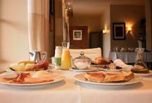 Desayunos / Breakfast  / Os presento los fantásticos desayunos que ofrece nuestro hotel. Cuenta con: -Productos de elaboración casera -Zumo de naranja 100% Natural. -Productos típicos de la región -Fiambres de primera calidad.