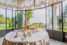 ... & Breakfast / Le giornate a Villa Santa Brigida iniziano con un ricco buffet  di prodotti del territorio e con piccole delizie legate alla stagionalità. Per consumare la colazione gli ospiti hanno a disposizione l'ampia sala del camino, la veranda e in estate il fresco giardino interno.