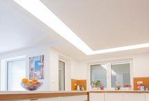 Hranaté svetelné stropy / Hranaté svetelné stropy v rozmeroch 80x80cm až 200x200cm môžu byť dokonalým doplnkom každej modernej domácnosti. Univerzálny tvar, vysoká intenzita a kvalita svetla, rôzne spôsoby inštalácie či povrchovej úpravy umožňujú širokú škálu použitia tohto typu sv. stropov v osvetlení interiérov.