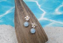 Aloha from Munich / Sonne auf der Haut, Sand zwischen den Zehen, eine sanfte Brise im Gesicht und einen Pina Colada in der Hand! So fühlt sich die neue Sommer Kollektion an!  Seepferdchen schwimmen über Korallenriffen, tanzende Seesterne und strahlende Frangipani Blüten - das macht Sommerlaune und der heimische Regen kann Ihnen nichts mehr anhaben.
