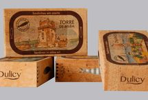 Coleção Latas de Sardinhas / Na continuação da nossa coleção em CORTIÇA, apresentamos as primeiras latas de sardinha em azeite, embaladas em cortiça, com imagens alusivas a destinos bem portugueses!  Saboreie o melhor de Portugal!  Cans of sardines in olive oil.