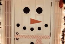 Holiday Door Decor / If you are selling your home around the holidays, it can be a lot of fun to stage your front door. www.academyrealty.com
