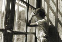 Windows / Alicia non sa che da varie ore me ne sto in piedi accanto alla finestra. Io vorrei che ci fosse silenzio dappertutto, un silenzio come quello che osservo e che mi avvolge mentre me ne sto in piedi accanto alla finestra..... (Sepulveda)