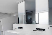 PLA / Colección de apliques diseñados para cualquier tipo de estancia que se pueden instalar de manera que proyecten su luz hacia arriba o hacia abajo. Equipados con LED de 4W ( 3000K ) a 220 V ( sin driver ), sus estrechas líneas rectas (tan sólo 25mm de altura) proveen a los aparatos que componen esta colección de un aspecto estilizado y sencillo pero que sorprenden por su rendimiento lumínico. Acabados disponibles: Cromo, Niquel Satinado, y Blanco