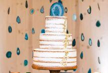Bolo de Casamento Simples / Para as noivinhas de plantão: confira um compilado de fotos de bolo de casamento e também bolo simples de casamento. Várias inspirações de bolo de casamento branco e bolo de casamento 2 andares. Confira! #fotosdebolodecasamento #bolosimplesdecasamento #bolodecasamento