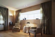 Gordijnen - Inbetweens - Vitrage / Door gebruikte maken van gordijnen in uw kamer, creëert u een kamer met een fijne sfeer, een goede akoestiek en de gewenste lichtinval.