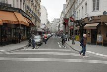 De drôles de passages piétons / La Mairie de Paris expérimente de nouveaux marquages au sol, vous pouvez donner votre avis en flashant les QR code sur place. Toutes les infos sur bit.ly/passagespietons