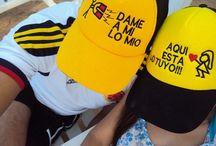 gorras- camisas- novios