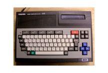 Retro data, utstyr og spill / Gamle datamaskiner med tilhørende utstyr, spill, bøker, blader og annet rart.