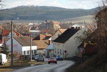 Stod na Nový rok / První písemná zmínka pochází z roku 1235, kdy král Václav I. daroval ves Stod, rozloženou na levém břehu řeky Radbuzy při důležité bavorské cestě, ženskému premonstrátskému klášteru v Chotěšově. Jan Lucemburský povolil 14. května 1315 klášteru proměnit ves v městečko s týdenním trhem každý pátek.