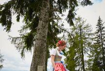 Susanne Spatt Frühjahr-Sommer 2017 Trachten / LIEBE ZUR TRADITION - In dieser Kollektion spiegelt sich die bezaubernde Natur des Ausseerlandes, die Kraft der Berge und die Ruhe des Altausseer Sees. Inspiriert durch Blumen, Wald und traditionellen Salzburger Chic präsentiert die Kollektion ein kräftiges und pastelliges Farbzusammenspiel. Die Vielfalt des echten Ausseer Handdruckes lässt jedes Teil zu einem traumhaften Unikat werden. Aufwendige Näharbeiten und Liebe zum Detail zeigen österreichische Qualität.