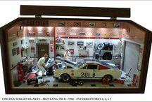 Diorama Oficina Carro Mustang 350 R - 1966 /  44 L x 20 P x 21.5 H MDF encerado com carnaúba,  e iluminação com leds em cima da porta, parede frontal e dentro do capô, acionamento por interruptores e fonte 110/220v  plugada em orifício lateral. Esc.1/18,elaborado com peças de plastimodelismo e recicladas de aparelhos eletrônicos, relógios, bijuterias, madeira balsa, biscuit, com caixa para mensagem pessoal. Criação para quadros, papel de parede, livros, jornal, rótulos e piso. Vidro superior articulado e frontal removível.