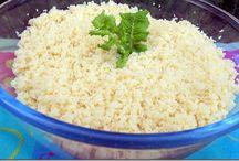 COUSCOUS / Le couscous est un plat traditionnel berbère à base de semoule cuite à la vapeur et accompagnée de viande(s) et de légumes cuits dans un bouillon. C'est un plat qui peut se décliner à souhait à travers tout le Maghreb. Le couscous se consomme tout au long de l'année en Algérie et au Maroc. Il est servi avec de l'agneau, du poulet, des boulettes de kefta (viande de bœuf hachée et préparée avec des épices et des aromates telles que la coriandre)