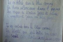 """La poésie en Maternelle / A l'occasion des Rencontres Poétiques, deux élèves de CM2 sont allés rendre visite aux petits de la GR B de Maternelle pour leur lire des poèmes qu'ils avaient écrits en classe. La lecture par Marina de CM2 B de la poésie intitulée """"Bleu"""" a inspiré les auditeurs de maternelle qui ont décidé de faire des dessins et de les colorier en bleu."""