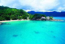 SUNSET BEACH HOTEL - SEYCHELLES / Questo suggestivo Boutique Hotel si trova su una roccia granitica nella costa nord-ovest di Mahé. Sulla spettacolare baia di Beau Vallon, gode di una splendida vista sull'oceano. Suggerito per chi ama la tranquillità e la privacy in un ambiente raffinato, familiare e circondato dalla natura. Un sentiero conduce alla splendida spiaggia di sabbia bianca da dove si parte per lo snorkeling.