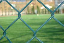 Spor saha-Halı saha teli / Kanek Tel Çit, dünya standartlarına uygun normlarda anahtar teslim Spor Tesisleri kurulumları gerçekleştirmektedir. Spor sahalarında kullanılan Galvaniz + Statik Boyalı konstrüksiyon aksamı, galvaniz döküm bağlantı elemanları, PVC Kaplı kaplı galveniz kafesli tel, spor saha teli uygulamalarıyla uzun ömürlü ve kalıcı çözümler sunuyoruz.