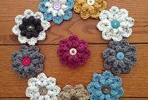 Bloemen en Blaadjes / Verzameling van gehaakte bloemen, blaadjes enz.