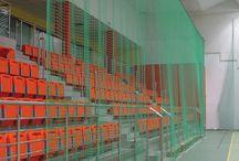 Siatki osłonowe /   Siatki osłonowe Sport Transfer to istotne wyposażenie każdej sali sportowej. Siatki osłonowe zapewniają komfort i bezpieczeństwo użytkowania każdej hali sportowej. Wykonane z polipropylenu mogą służyć do zabezpieczenia: okien, sufitów, balkonów, trybun i ścian.
