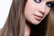 ТРЕТМАНИ ЗА НЕГА НА КОСАТА / Третманите за нега на коса се засновани на примена на Leonor Greyl концентрирани органски производи и органски хербални екстракти заедно со високотехнолошка апаратура како ултрасоничен стим , кислородна инфузија (98% чист кислород кој се вбризгува директно во најдлабоките слоеви на епидермисот), како и апарат за подобрување на циркулацијата на крвта во скалпот заради подобра апсорпција на производите кои се нанесуваат на скалпот.