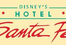 """Disney's Hotel Santa Fe / Dans le cœur de Disneyland® Resort paris, juste derrière les cactus, un endroit magnifique se trouve. Cet hôtel a été bâti dans l'ambiance du sud-ouest américain avec ses influences espagnoles et mexicaines. Les chambres colorés ont été divisés en 42 """"pueblos"""" bâti en style de cube traditionnel. Amigo`s bienvenidos dans Disney`s hôtel Santa Fe!"""