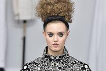 CHANEL – ALTA-COSTURA – PARIS, INVERNO 2017 / Bom, no post anterior Chanel Homenageia Artesãos em seu Desfile eu falei sobre o desfile da Chanel na semana de moda de Alta-Costura da temporada de inverno 2017 que está acontecendo em Paris. Agora, vamos ao desfile!