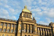 Prag / Herkesin gitmeyi düşlediği bir şehir Prag… Çekler'in ifadesi ile Praha… Güzelliği sebebiyle Hitler'in bile bombalamaya kıyamadığı bu masalsı şehri gezip, görüp, Nazım gibi, Kafka gibi, bizim gibi siz de aşık olun. Giden, gitmeyen herkes için Prag, bir köprünün ardında çizilmiş siluet. Oysa kent, şimdiki zamandan çok fazlasını saklıyor. Kafka'nın cümlelerini, Mozart'ın piyanosunu, Dvorak'ın kemanını, Keplerin teleskobunu... İlk kez gidenler içinse şairin son sözünü...