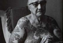 Tetoval idos emberek