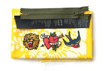 Små tasker / Sofie Meedoms hæfte » Små tasker« viser, med fire enkle metoder, hvor nemt det kan være at sy og hækle sine egne tasker. Hæftet er med sine mange visuelle trin for trin-guides et unikt redskab til alle der har en symaskine – både store og små.  »Små tasker« rummer anvisninger på fx penalhuse, punge, toilettasker, cluthes, kosmetikpunge, skuldertasker og iPad-hylstre.