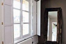 Fenêtres en bois et volets intérieurs / Héritage de la menuiserie traditionnelle, les volets intérieurs sont désormais un élément de déco à part entière. Atout chic, ils habillent votre fenêtre et donne charme et caractère à votre pièce