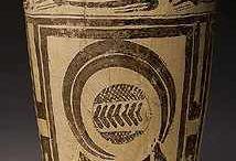 Arte del Neolitico. / Si sviluppa intorno al III milennio a.C. Risalgono a questo periodo i primi oggetti in argilla (in molte regioni di Asia ed Europa), gli utensili domestici e soprattutto vasi ed anfore, dove comparvero animali e figure umane stilizzate. Le raffigurazioni di drammatica narrazione delle scene di caccia vanno a sparire, lasciando il campo ad una decorazione di oggetti con disegni geometrici e piuttosto rigidi. La figura umana viene ancora maggiormente stilizzata.