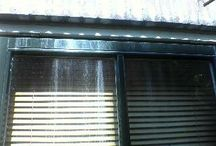 Aanslag / cementsluier van ramen verwijderen met HK250* / Ik krijg mijn raam niet meer schoon Er zit een irritante aanslag op die lijkt op ingedroogde betonsluier, kalkaanslag of grauwsluier met melkachtige witte strepen. Ramen zemen heeft geen zin en ik kan niet genieten van het uitzicht.  In de meeste gevallen is de aanslag die u bedoelt cementsluier. Oorzaak: regenwater loogt salpeterzuur uit bovengelegen gevelelementen, welke op het glas in brand.  Ik kan weer genieten van mijn uitzicht: Met HK250* heb ik mijn ramen weer helemaal schoon gekregen.