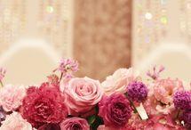 一会 ピンク・赤系装花(メイン&卓上) / フラワーデザイナー 岩橋美佳さんによる作品です。