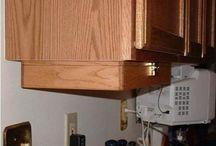 Konyhai, gardrób, lépcsöbeépitett tárolok, füszertartok, polcok és lakásban lévö polcok butorok!