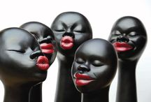 Negras / Negras zijn sculpturen in diverse uitvoeringen en formaten ontworpen door de Braziliaanse kunstenares Selma Calheira. Ze worden met de hand gevormd en beschilderd met natuurlijke pigmenten in haar atelier waar ze heel wat kansarmen tewerkstelt.
