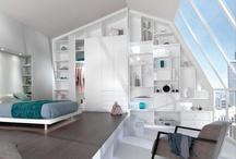 """Soupentes """"CITY"""" / Emois sous les toits   Réalisé en laque blanche doucement satinée, cet ensemble entièrement réalisé sur mesure par Quadro s'ajuste au millimètre à l'architecture du loft et notamment à la pente des baies vitrées."""