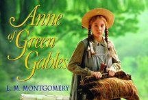 Filmsorozat: Anne a Zöld Oromból (Anne of Green Gables) / Az Anne a Zöld Oromból vagy Anna egy kanadai televíziós minisorozat. Anne Shirley egy 11 éves álmodozó, élénk fantáziájú árva lány. Hat hónapot tölt el az árvaházban, mikor egy idős testvérpár, az Avonlea faluban élő Marilla és Matthew Cuthbert magukhoz veszik. Anne sok kalandnak lesz részese Prince Edward-szigeti Avonlea-ben.
