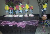 traktatie / Plastic champagne glas vullen met een doosje smarties, cupcake erop en als finishing touch een schuimpje (in vorm van n toef) met een feestelijke prikker erop.