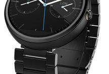 Moto 360 / O Moto 360 é o segundo smartwach lançado pela Motorola e foi anunciado em Março de 2014. É o primeiro relógio inteligente de tela redonda no mercado. Seu corpo é feito de aço escovado, e a pulseira, que pode ser trocada, também vem em aço escovado ou em couro legitímo. O relógio é à prova d´água e o vidro tem as bordas polidas. O Moto 360 roda o sistema operacional Android Wear.