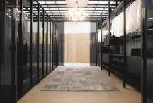 SOLO cabina armadio / Una cabina armadio che fa della sua eccleticità il vero punto di forza essendo in grado con semplici accorgimenti tecnici di assecondare l'architettura di una stanza o dividerla diventando free-standing. Una cabina in grado di far  corrispondere ad ogni progetto un ampia gamma di soluzioni.