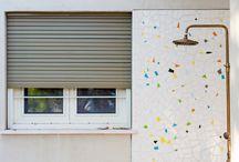 פלד איכות מהשורש - בית פרטי בפרדס חנה / עוד פרויקט שסיימנו - בית פרטי בפרדס חנה. עיצוב הבית שמר על התכנון המקורי ואופי הסביבה, ושולבו בו תריסי גלילה מידי בצבע ראל אפור שלנו. התריסים הותקנו במסילות מספריים המאפשרים פתיחה תחתונה בזמן שהתריס סגור וכך נכנס אור ואוויר לחלל הבית. תריסי הגלילה מעץ שלנו מגיעים בגדלים שונים וכך יכולים לתת מענה לכל סגנון עיצובי ותכנון המעצב, האדריכל והלקוח. לצפייה בעוד תמונות >> http://peled-wood.co.il/projects/2/45 אדריכל: ליאור ויתקון שרון לנגר - צלמת