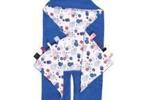 Arrullo o Lullaby / Arrullo muy acogedor y agradable al tacto para envolver al bebé color visón - Etiquetas cosidas a ambos lados para estimular el sentido del tacto del bebé. - Sacos inferiores mantienen los pies calentitos  - Ojales que permiten ponerlo en la silla del coche o en la sillita de paseo sin necesidad de quitar la prenda. - Fabricado en suave felpa y tejido de algodón orgánico 100%.   Si tienes cualquier duda sobre este producto ponte en contacto con nosotros.