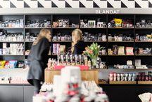 Butiken / Vi på Lakritsroten älskar vår butik med all vår fantastiska lakrits, men vi är också nyfikna och söker ständigt ny kunskap om de senaste trenderna inom lakritsvärlden.
