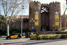 Miasteczko Hiszpańskie / Poble Espanyol zostało wybudowane w 1929 roku z okazji Wystawy Światowej. Znajdują się tam repliki rzeczywistych budowli różnych iberyjskich stylów i regionów.