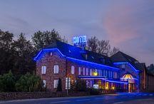 """Offre du Nouvel An / Pour la fin d'année 2014, l'Hôtel Les 2 Rives vous propose un séjour à 112€/pers pour la nuit du 31 décembre, comprenant la nuit, le petit déjeuner servit en chambre, 1/2 bouteille de champagne, des gourmandises de chez """"Damaselle"""" et un repas dansant à la salle des fêtes de la Canourgue."""