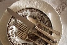 Mesa, serviços de jantar, chá, pratos