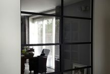 Castricum / We hebben bij een woning in Castricum 7 stalen deuren en 6 panelen geplaatst, in verschillende vormen en maten. Deze deuren zijn voorzien van de vlakke ST30 handgrepen, die nauwelijks opvallen bij de stalen profielen GDRS5010.