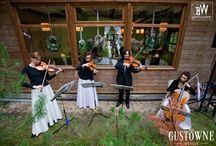 Ślub plenerowy w lesie / Wedding ceremony in the forest / Ślub zorganizowany i koordynowany przez Gustowne Wesele. / The wedding ceremony organised and coordinated by Chic Wedding (Gustowne Wesele)